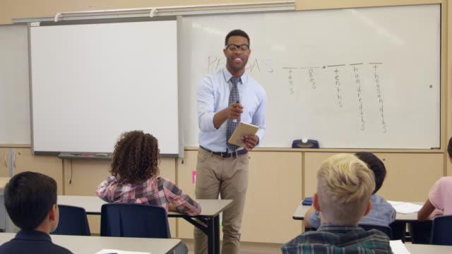 子供の手を上げることで回答の前クラス、ショット R 3 D ビデオ