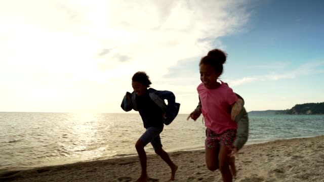 vídeos de stock, filmes e b-roll de miúdos que funcionam na praia - menina negra