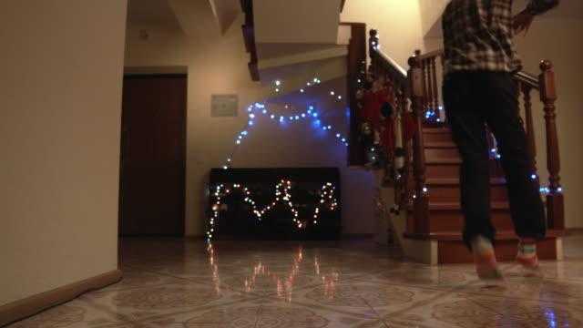 stockvideo's en b-roll-footage met kinderen lopen op de trap. - christmas tree