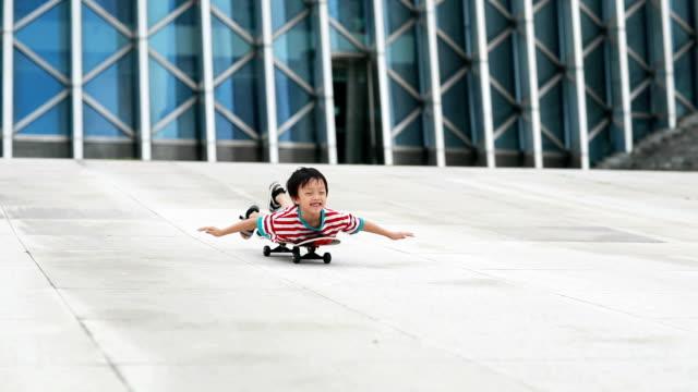 vídeos de stock e filmes b-roll de kids skateboard - empurrar atividade física