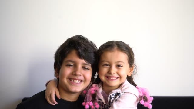 映画を笑顔の子供たち - 兄弟姉妹点の映像素材/bロール