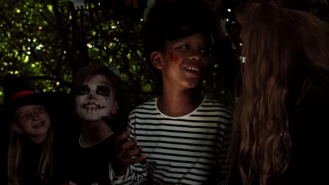 kids telling spooky stories at halloween party - four seasons filmów i materiałów b-roll