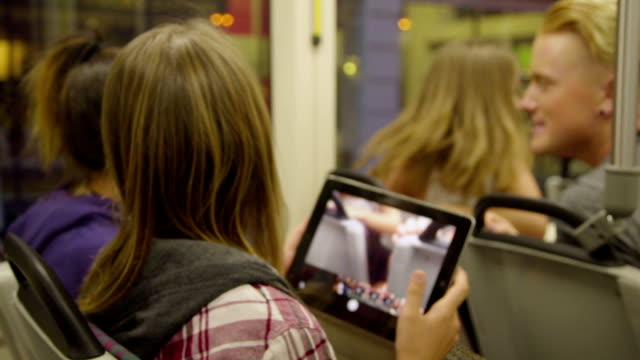 i bambini viaggiano con max allenati con la loro computer tablet - subway video stock e b–roll