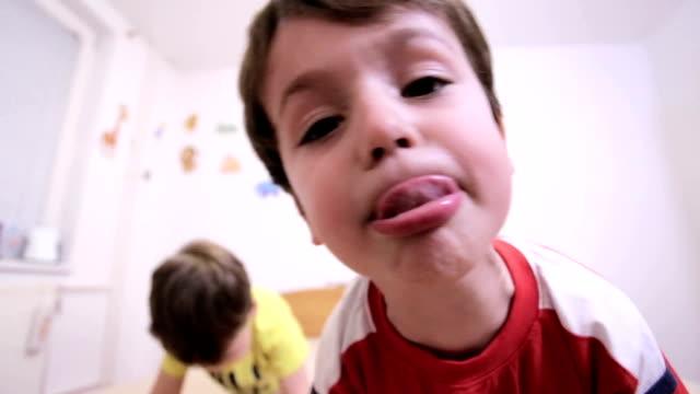 i bambini  - fare la lingua video stock e b–roll