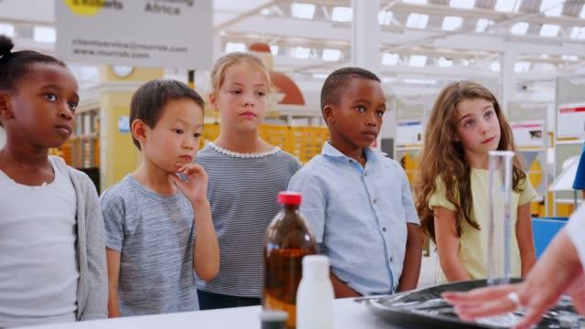 vídeos y material grabado en eventos de stock de voluntariado responder a profesor en un centro de ciencia de niños - clase de ciencias