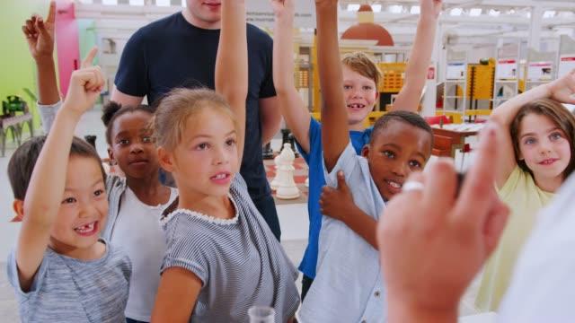 Niños voluntariado responder a profesor en el centro de Ciencias - vídeo