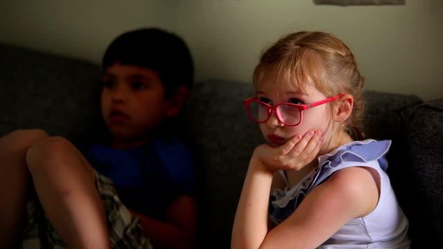 vídeos de stock e filmes b-roll de kids watch tv - tv e familia e ecrã