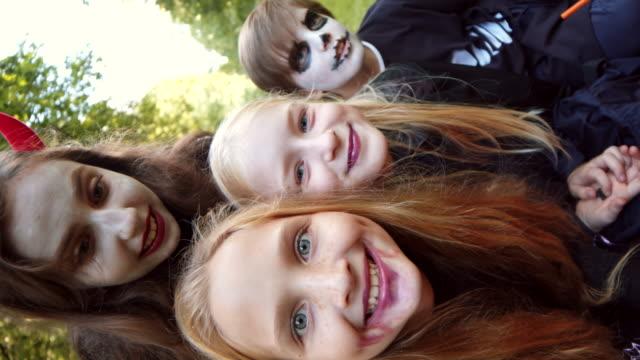 dzieci na sobie halloween kostiumy making selfie - four seasons filmów i materiałów b-roll