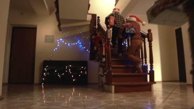 stockvideo's en b-roll-footage met kinderen met kerstcadeaus. - christmas tree