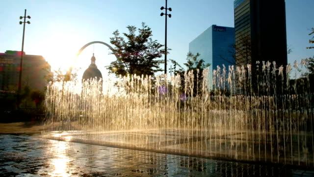 kiener 광장 및 세인트 루이스, 미주리에서 게이트웨이 아치 - st louis 스톡 비디오 및 b-롤 화면