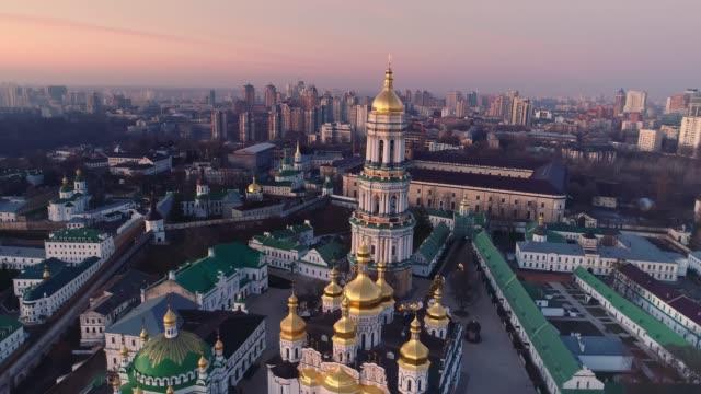 centro di kiev in luci mattutine. dnipro e cattedrale di sofia di kiev, ucraina. colpo di drone aereo. - ucraina video stock e b–roll