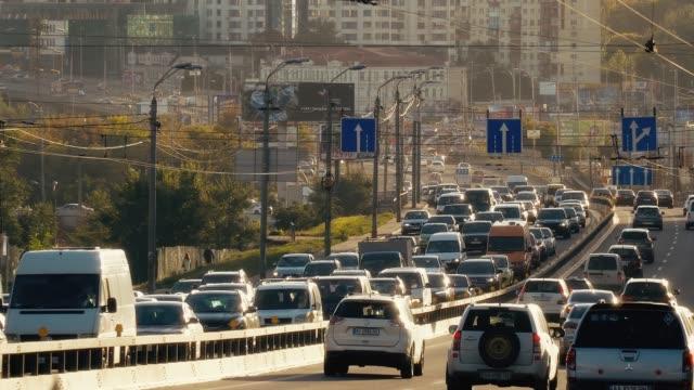 kiev street traffic in the evening - проспект стоковые видео и кадры b-roll