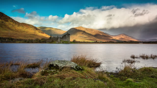 kilchurn castle and loch awe - tracking time lapse - highlands scozzesi video stock e b–roll