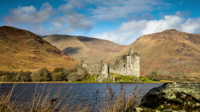 vídeos de stock e filmes b-roll de kilchurn castle in scotland - tracking time lapse - castle