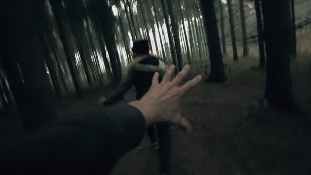pov killer jagar en kvinna genom skogen - kriminell bildbanksvideor och videomaterial från bakom kulisserna