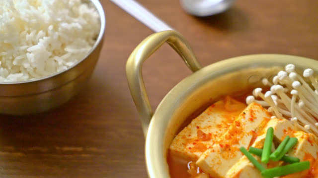 vídeos y material grabado en eventos de stock de 'kimchi jjigae' o sopa kimchi con tofu suave o guiso de kimchi coreano - korean food traditional style - cuenco