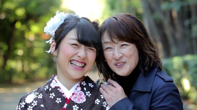 着物の女性と彼女の母親 - 母娘 笑顔 日本人点の映像素材/bロール