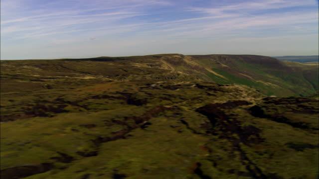 kinder scout-luftaufnahme-england, uk, hohe peak district, vereinigtes königreich - hochplateau stock-videos und b-roll-filmmaterial
