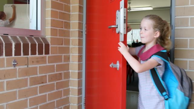 Jardín de infantes escuela primaria chica estudiante llegar a la clase - vídeo