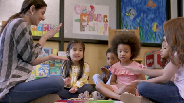 vidéos et rushes de élèves de la maternelle à la garderie - enfant d'âge pré scolaire