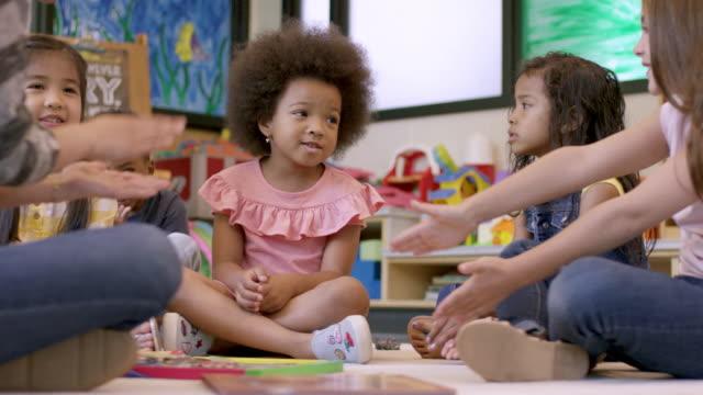 stockvideo's en b-roll-footage met kleuterschool studenten in kinderdagverblijf - peuterklasleeftijd