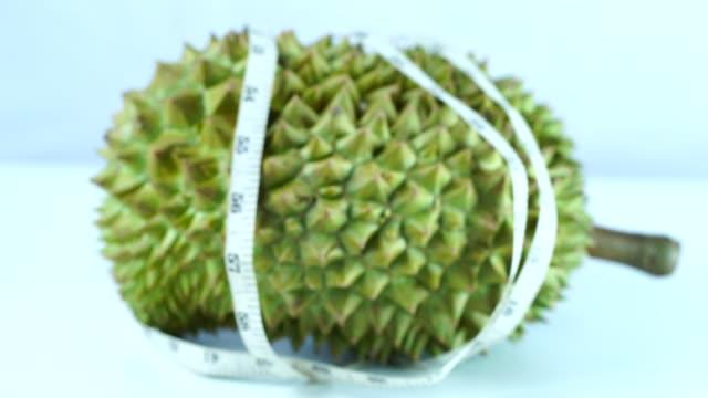 vídeos y material grabado en eventos de stock de rey de las frutas, el durian es una fruta tropical popular en países asiáticos - sudeste