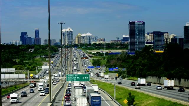 """kings highway 401 freeway è la più affollata """"autostrada nel mondo. - ontario canada video stock e b–roll"""