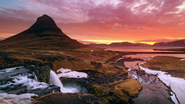 kirkjufell iceland at sunrise - spektakularny krajobraz filmów i materiałów b-roll