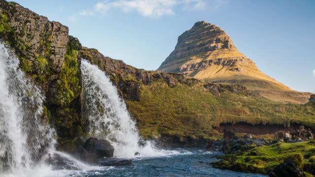 vidéos et rushes de kirkjufell montagne avec chute d'eau d'islande - slow motion - paysage extrême