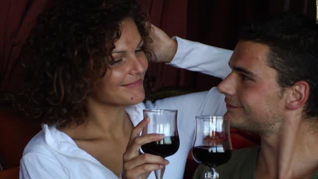 stockvideo's en b-roll-footage met kiss romance couple - verleiding
