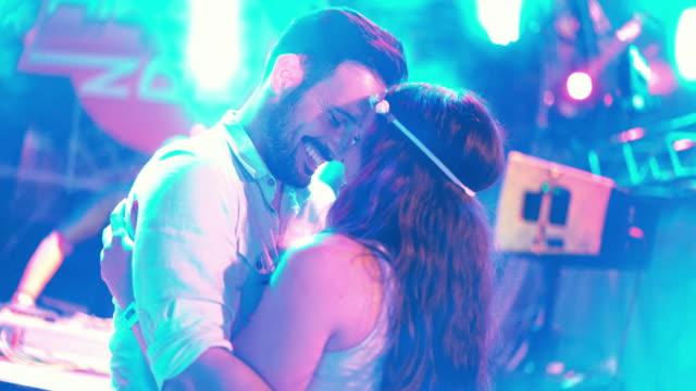 küssen auf einer party. - spring break stock-videos und b-roll-filmmaterial