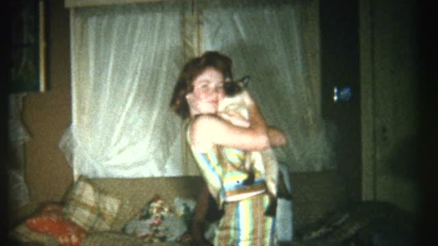 kissing cat 1950 年代のます。 - アーカイブ画像点の映像素材/bロール