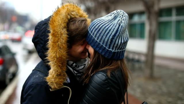 빗 속에서 키스 - 이성 커플 스톡 비디오 및 b-롤 화면