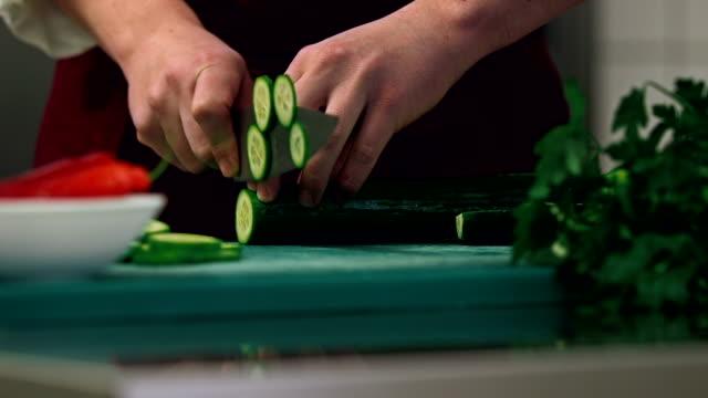 vídeos y material grabado en eventos de stock de cocina actividades de verduras de corte - pepino