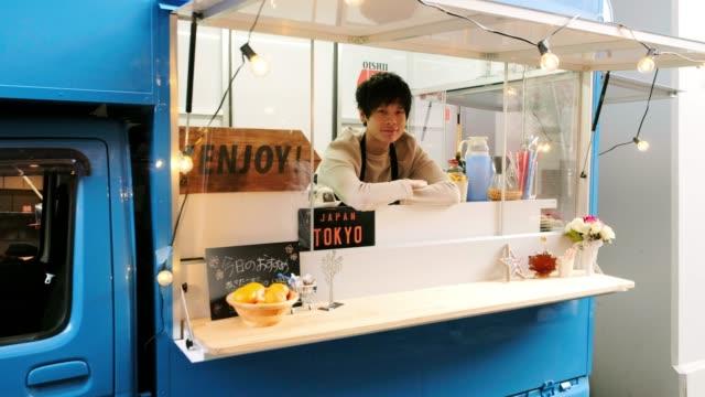 stockvideo's en b-roll-footage met keuken auto voedsel vrachtwagen in tokio japan - foodtruck