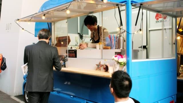 東京のキッチンカーフードトラック - 料理人点の映像素材/bロール