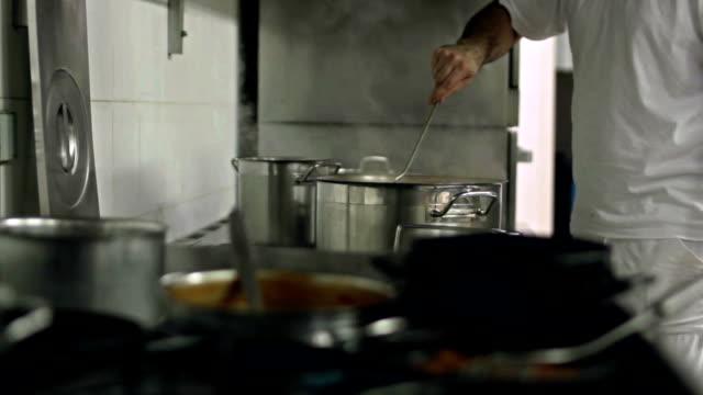 cucina articoli casalinghi mano mix - sedano video stock e b–roll