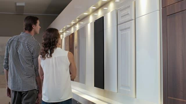 kök decorating surfar shopping - looking inside inside cabinet bildbanksvideor och videomaterial från bakom kulisserna