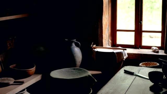 Interior de la cocina en casa de madera con cerámica vintage a la luz del crepúsculo - vídeo