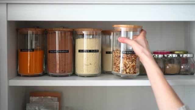 vídeos y material grabado en eventos de stock de despensa de cocina - cocina doméstica