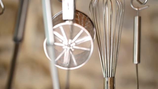 кухонные принадлежности rack сфокусируют - нержавеющая сталь стоковые видео и кадры b-roll