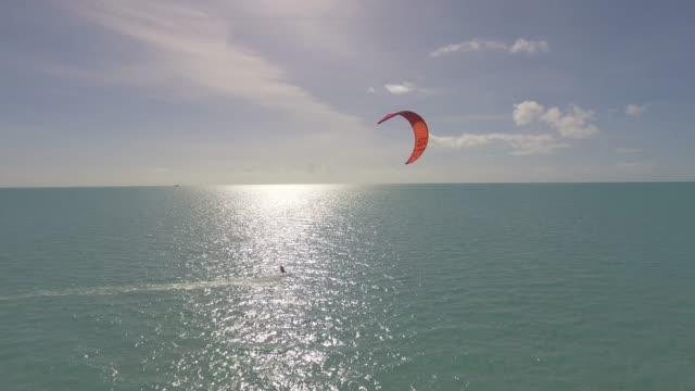 stockvideo's en b-roll-footage met kitesurfen op grace bay, providenciales, turks-en caicoseilanden - grace bay