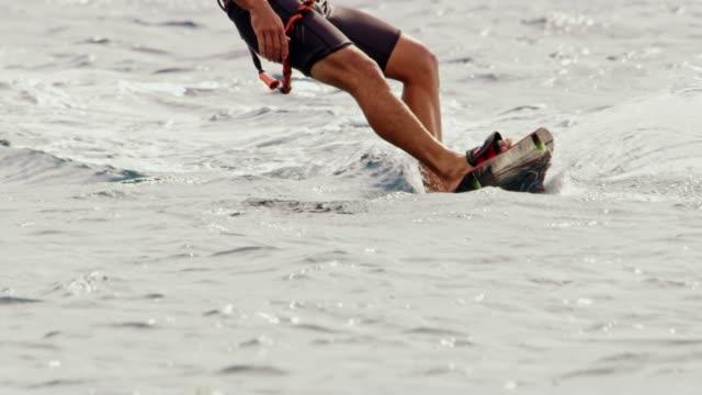slo mo kiteboarder surfa på havet - endast en man i 30 årsåldern bildbanksvideor och videomaterial från bakom kulisserna