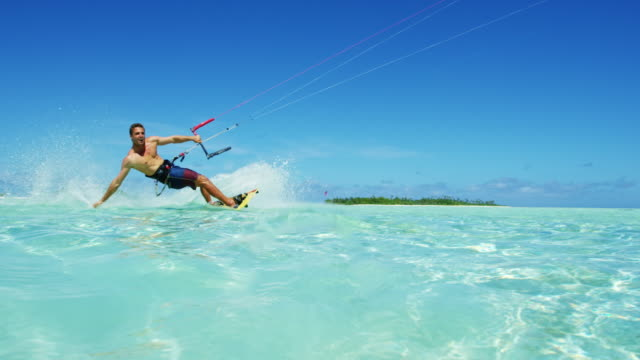 vídeos de stock, filmes e b-roll de kiteboarding - equipamento de esporte aquático