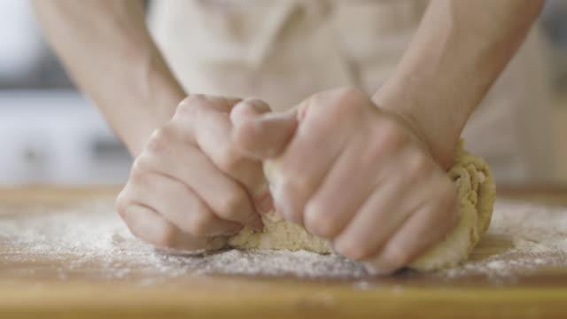 ekmek hamuru yoğurma - hamur stok videoları ve detay görüntü çekimi