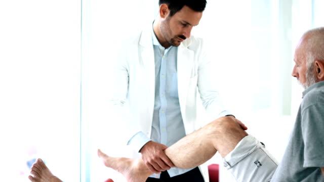 膝の検査。 - 介護点の映像素材/bロール