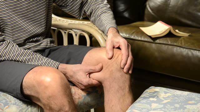vídeos de stock, filmes e b-roll de dor no joelho - articulação humana