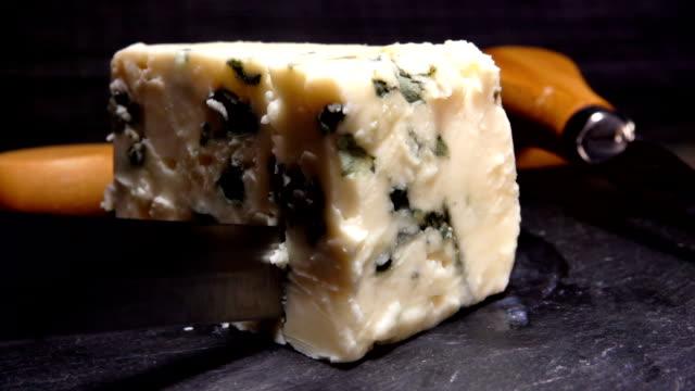 bir parça rokfor peynir bıçak kesiyor - kesit stok videoları ve detay görüntü çekimi
