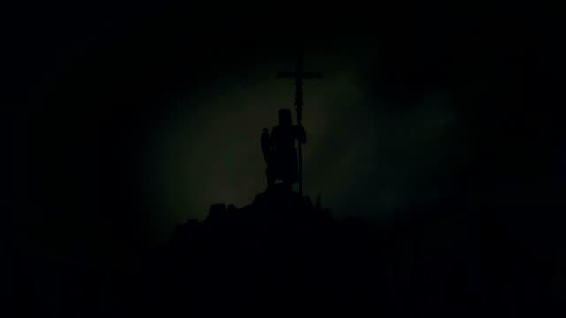 riddaren håller ett kors medan beväpnade crusader soldater stiger deras vapen och hejar honom före slaget under ett åskväder - påve bildbanksvideor och videomaterial från bakom kulisserna