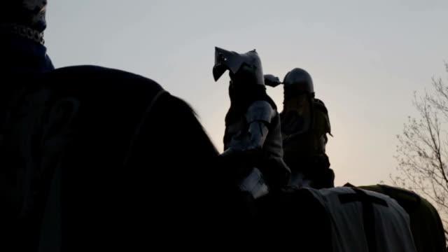 stockvideo's en b-roll-footage met knight on horseback - middeleeuws